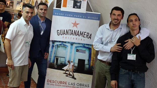 El director editorial del sello español Guantanamera, Daniel Pinilla (segundo por la derecha), el escritor cubano Daniel Burguet (derecha) y los directivos de Lantia Publishing, Enrique Parrilla (izquierda) y Chema García (segundo por la izquierda), en la 27 Feria Internacional del Libro de La Habana. (EFE)