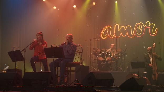 Haydée y Pablo Milanés durante el concierto 'Amor' en el teatro Karl Marx de La Habana, este sábado 11 de junio. (14ymedio)