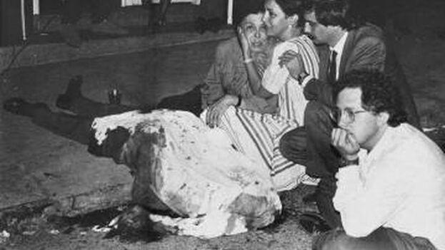 El cuerpo de Héctor Abad Gómez recién asesinado, con su hija, Clara Abad, y su yerno Alfonso Arias, consolando a su viuda, Cecilia, y su hijo, el escritor Héctor Abad Faciolince, en primer plano