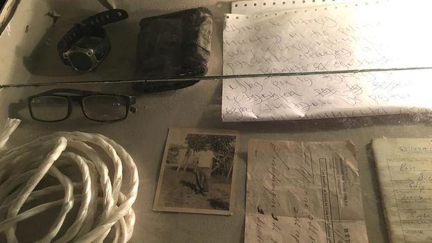 La muestra incluye objetos personales del poeta Juan Carlos Flores y la soga con la que se suicidó. (14ymedio)