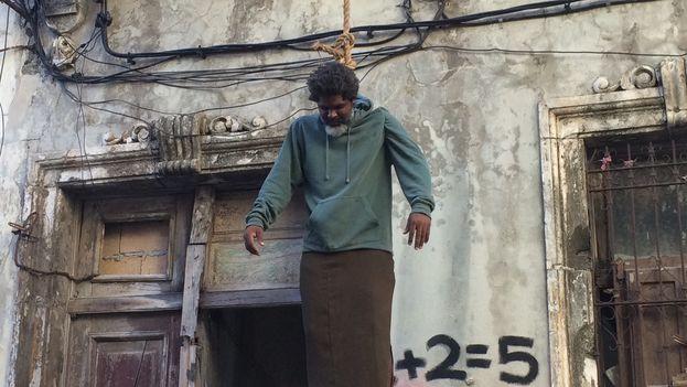 El artista Amaury Pacheco realizó una acción artística en homenaje al poeta Juan Carlos Flores que se suicidó el pasado año. (Museo de la Disidencia)