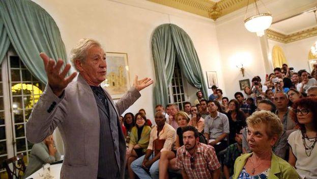 Ian McKellen durante la charla que mantuvo este martes en la embajada británica de La Habana. (EFE)