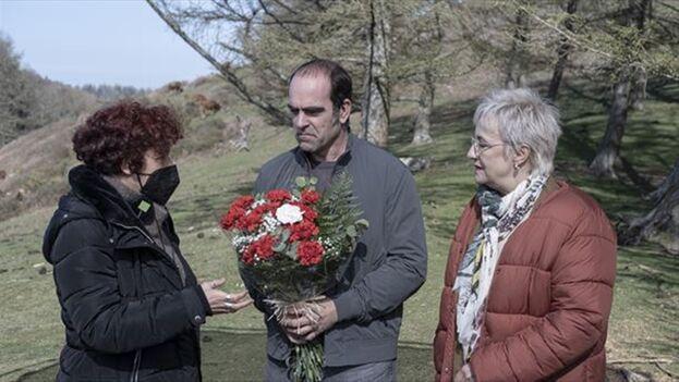 Icíar Bollaín (izquierda) dirigiendo a los actores Luis Tosar y Blanca Portillo durante la grabación de 'Maixabel' . (eitb.eus)