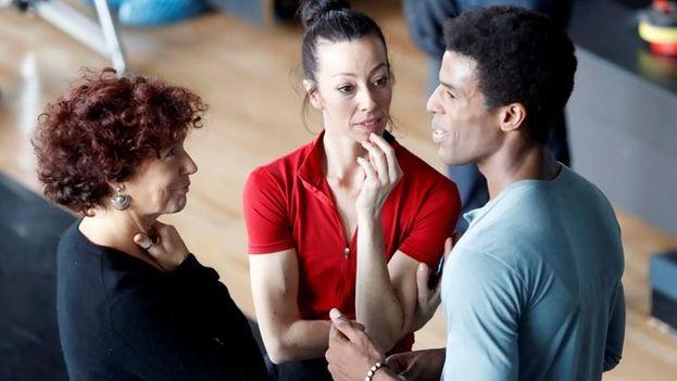 """Para la directora Icíar Bollaín (izquierda) ha sido """"fascinante"""" rodar danza y """"narrar"""" a través del baile este biopic. (EFE)"""
