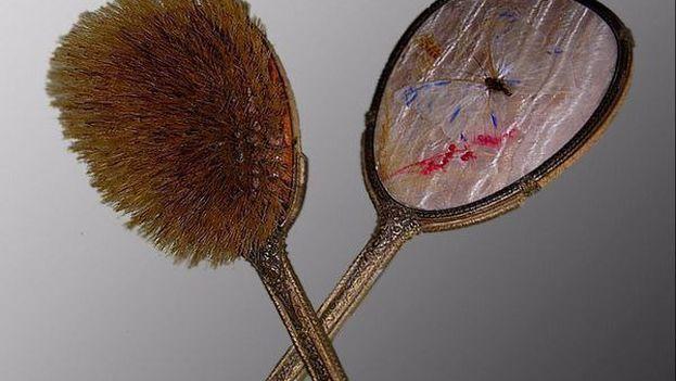 El espejo y el cepillo robados de la Casa Natal de Ignacio Agramonte y detectado por la duana General de la República. (AGR)