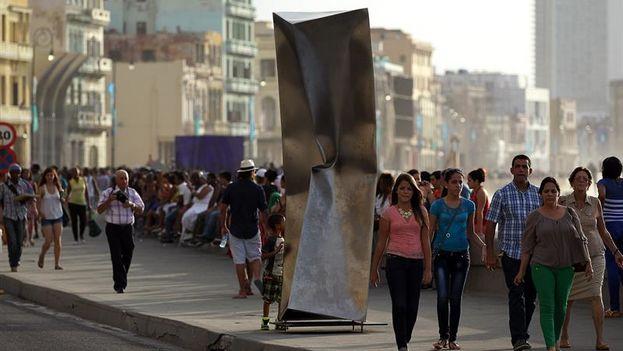 'Implosión' de Ewerdt Hilgemann en el Malecón dentro de la exposición 'Detrás del Muro'. (EFE/Alejandro Ernesto)