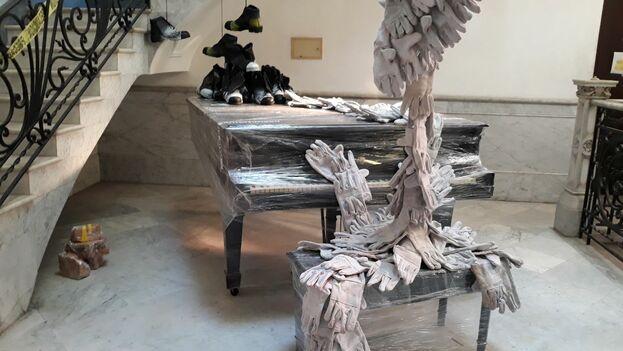 Instalación del dúo Clandestina en la Embajada de España. (14ymedio)