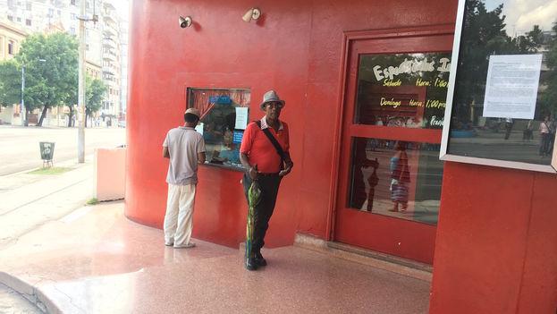 Este miércoles comenzó un ciclo de películas sobre James Bond en la Cinemateca de Cuba, La Habana. (14ymedio)