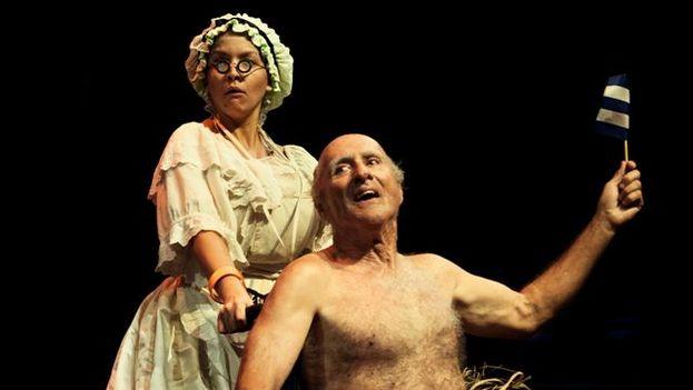 Laura Alemán (criada) y Pedro Díaz Ramos (Rey), en el 'El rey se muere' de Juan Carlos Cremata. (El Ingenio)