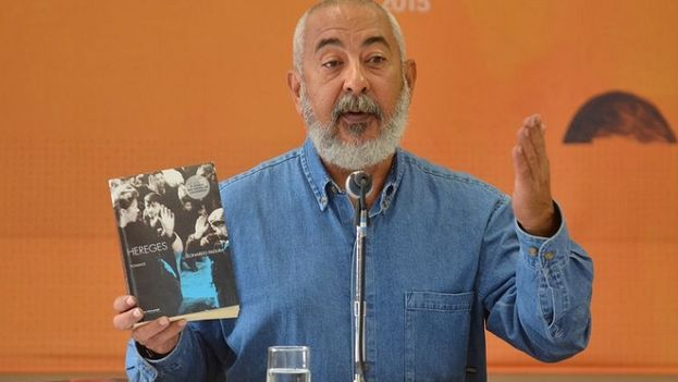 Leonardo Padura presentando su libro en el FIP. (FIP)
