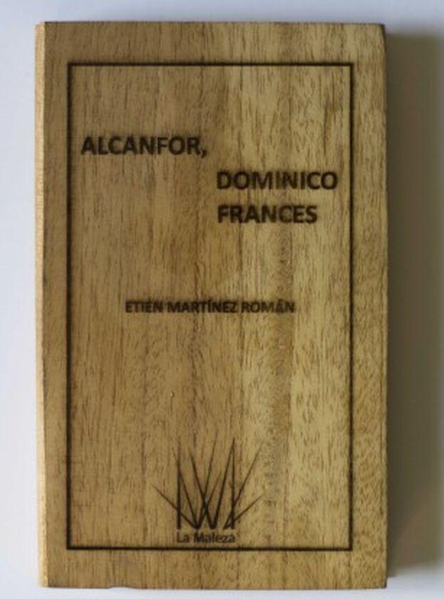 Léster Álvarez mostró cinco esculturas de libros hechas con madera reciclada, sobre cada tabla se podía leer el título y el autor de cada obra. (El Apartamento)
