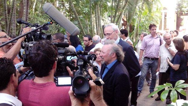 Llegada de los autores de 'Back channel to Cuba...' a la presentación en los jardines de la UNEAC. (14ymedio)