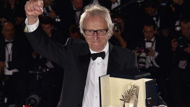 El cineasta Ken Loach sostiene la Palma de Oro a la mejor película por 'I, Daniel Blake'. (@Festival_Cannes)