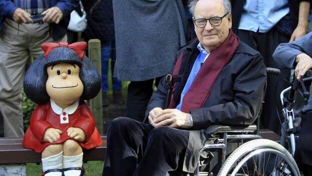 Quino, durante la inauguración de la segunda escultura oficial de Mafalda el 23 de octubre de 2014, en el Parque de San Francisco de Oviedo. (EFE/José Luis Cereijido/Archivo)