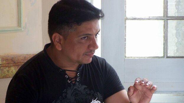El cubano Luis Manuel Pérez Boitel, premio Gastón Baquero de poesía. (Facebook)