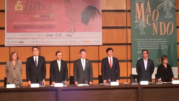 Juan Manuel Santos canta el himno nacional este martes en la inauguración de la Feria del Libro de Bogotá. (@FILBogota)
