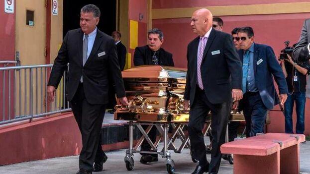 Ante un féretro bañado en oro y cubierto con un gran ramo de rosas blancas, el grupo Mariachi México International Sí Señor entonó algunas de las canciones más emblemáticas del cantante. (EFE)