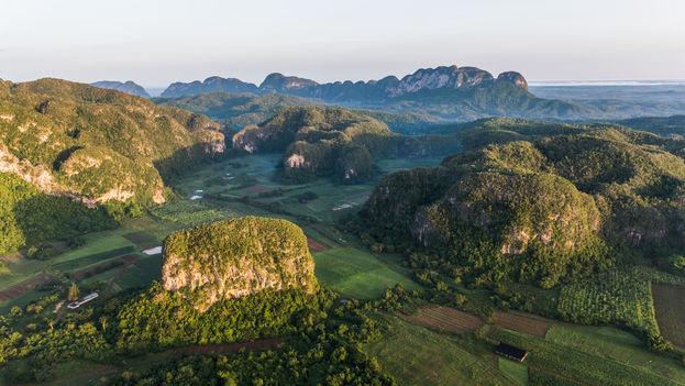 Las montañas y mogotes son significativos de la topografía del Valle de Viñales. (Marius Jovaiša)