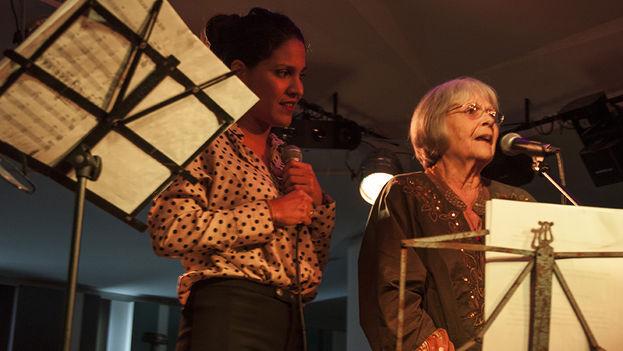 Marta Valdés junto a Haydée Milanés durante el concierto de presentación del disco Palabras