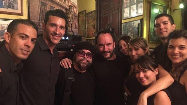 Dave Matthews y Carlos Varela en el restaurante habanero La Guardia. (Facebook)