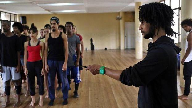 Miguel Altunaga se formó en el sistema cubano de educación artística y tras siete años en Danza Contemporánea de Cuba dejó el país para integrar la prestigiosa compañía británica Rambert. (EFE)