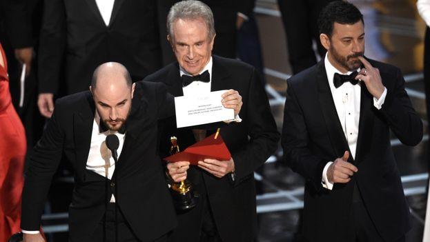 Momento de la rectificación del premio a mejor película, que fue para 'Moonlight' y no para 'La La Land', como se anunció inicialmente. (Captura)