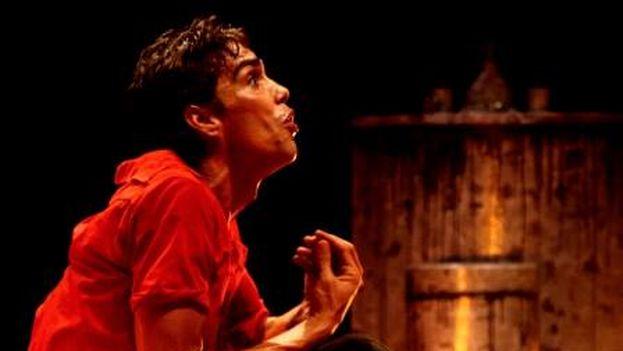 Morales durante la puesta en escena de su anterior trabajo, 'Una caja de zapatos vacía' (Facebook Holo Teatro)