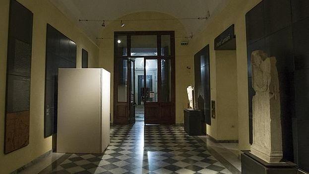 Una estatua cubierta en los Museos Capitolinos con motivo de la visita del presidente iraní, Hasan Rohaní. (EFE)