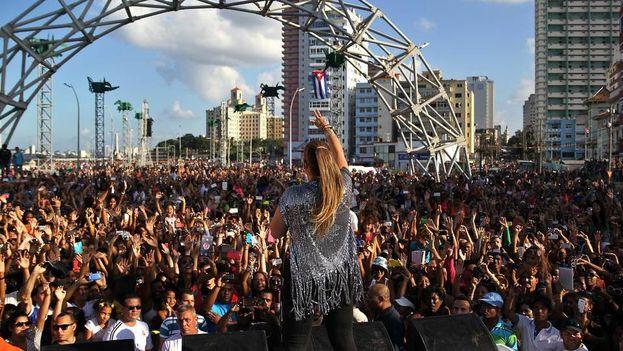 Olga Tañon le canta a un multitud frente al malecón habanero. (Alejandro Ernesto/EFE)