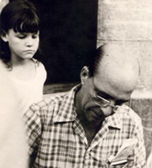 Onelio Jorge Cardoso firmando libro infantil (Revista Bohemia)