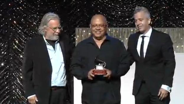 Pablo Milanés recibió este miércoles un Premio Grammy a la excelencia musical.