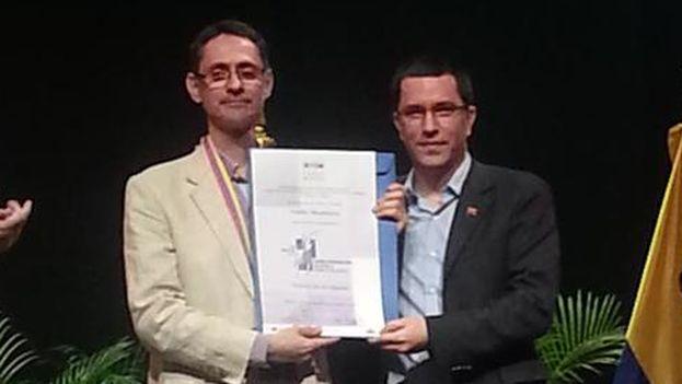 Pablo Montoya recibe el premio de manos del vicepresidente venezolano Jorge Arreaza. (@ViceVenezuela)