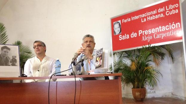 El traductor Fabricio González Neira (izq.) y el presentador Pedro Pablo Rodríguez (der.) en la presentación de '1984' este martes en la Feria del Libro. (14ymedio)