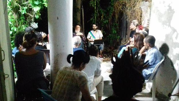 A pesar de las presiones a la 'Peña del Júcaro' asistió una veintena de personas, en su mayoría jóvenes, y no hubo ningún conflicto durante las más de cinco horas que duró la reunión. (Facebook/Henry Constantín)