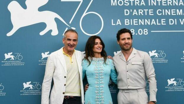 Penélope Cruz, Edgar Ramírez y Olivier Assayas en el pase de prensa de Wasp Network en la Mostra de Venecia. (EFE)