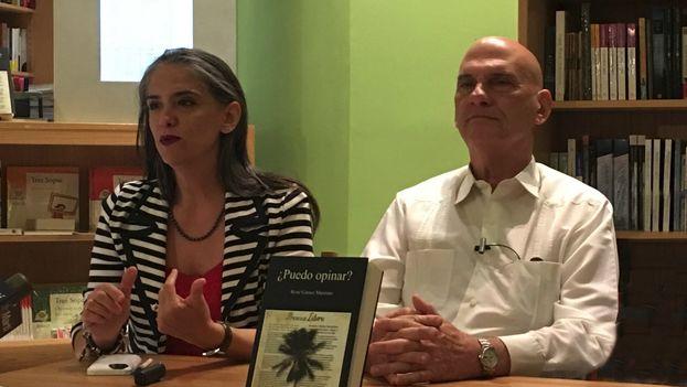 La editoria Grace Piney, y el abogado René Gómez Manzano durante la presentación en Miami del libro '¿Puedo opinar?'. (14ymedio)