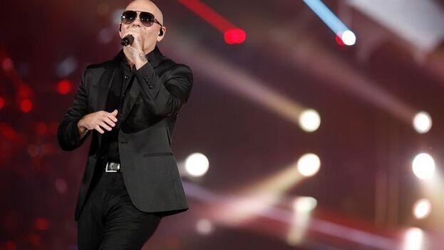 El cantante de origen cubano Pitbull cantó este jueves en la gala de los premios Latin Grammy junto a personal de equipos de emergencia.