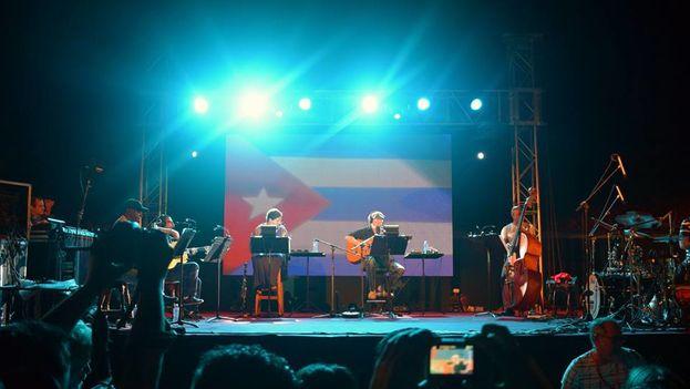 Poco después de que la pantalla grande sirviera de tijera para cortar la cinta, miles de personas se fueron a la Plaza Dasilva a disfrutar de un concierto de Silvio Rodríguez. (FCIG)