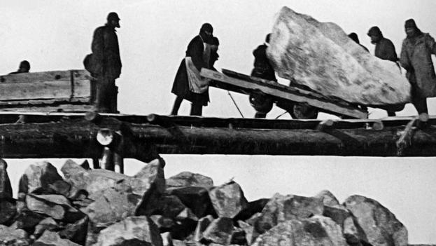Prisioneros de un Gulag haciendo trabajos forzados entre 1931-1933. (wikimedia)