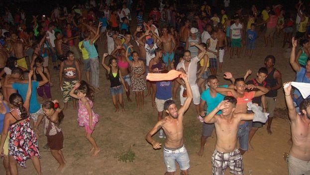 Público durante el concierto de DJ Seycel en el 32-Beat, en playa de Boca de Galafre. (Juan Carlos Fernández/ 14ymedio)