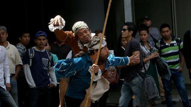 Puestas en escena, tributos y talleres forman parte de los homenajes al Quijote de Cervantes en América Latina. (EFE)