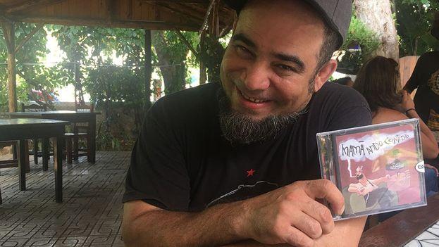 Ray Fernández sostiene su último disco. (14ymedio)
