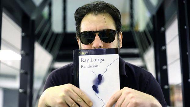 Ray Loriga, autor de 'Rendición', posa con el libro, ganador del premio Alfaguara de novela 2017. (EFE)
