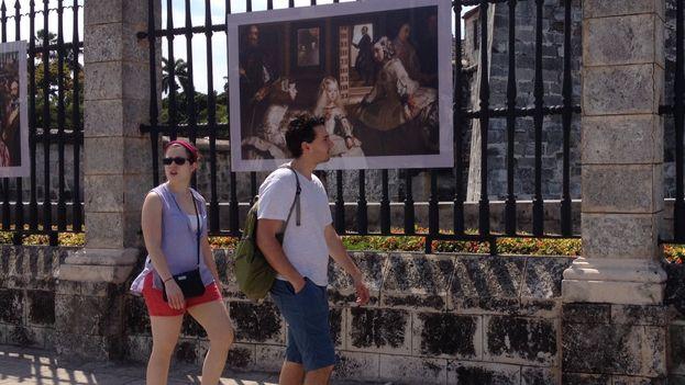 Los habaneros y turistas pueden pasear estos días con una reproducción de 'Las Meninas de fondo'