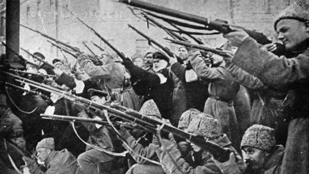 Ataque a la policía zarista durante los primeros días de la revolución de marzo de 1917.