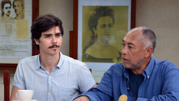 Rigoberto López (derecha), director de la película 'El Mayor', junto al actor Daniel Romero Pildain, protagonista del filme, en la presentación del rodaje en Camagüey. (Rodolfo Blanco/ ACN)