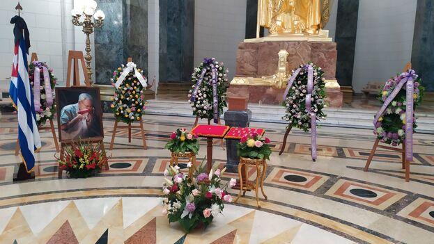 La urna se instaló en el Salón de los Pasos Perdidos del Capitolio, flanqueada por coronas de flores y retratos y acompañada de música clásica. (14ymedio)