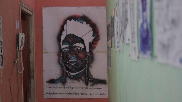 Las obras y plantillas de El Sexto expuestas en las paredes del estudio La Paja Recold (Luz Escobar)