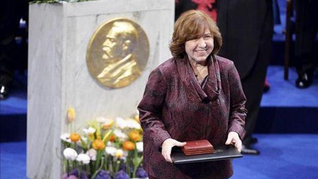 Svetlana Alexiévich, premio Nobel de Literatura, recogiendo el galardón en Estocolmo. (EFE)