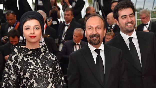 Asghar Farhadi rodeado por los protagonistas de 'El viajante', Taraneh Alidoosti y Shahab Hoseini, en el Festival de Cannes. (EFE)